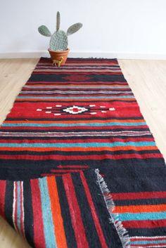 Toffe vintage Kelim loper met  etnische print. Gestreept retro kleed/tapijt