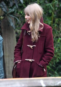 Taylor Swift, duffle coat, burgundy, maroon, winter, autumn style ...