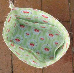 Excellent tutorial for lining bag with pockets. , Tips and Tricks: Bag Lining with Built-in Pockets Bag Pattern Free, Pouch Pattern, Pocket Pattern, Sewing Hacks, Sewing Tutorials, Baby Girl Winter Hats, Crochet Wallet, Tote Bag With Pockets, Crochet Kids Scarf