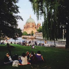Berlin mal anders: Am Spreeufer in der Nähe der Museumsinsel kann man im Sommer toll entspannen.: