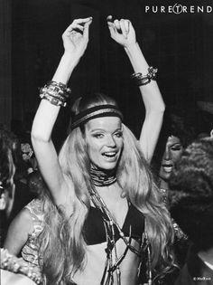 Veruschka porte le maillot de bain comme une tenue de soirée, avec beaucoup de bijoux, de cheveux et d'enthousiasme, 1969.