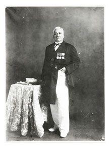 Matelot originaire de DOLUS , La Rémigeasse , Victor Raoulx débarqua à Papeete en 1861. Il quitta la Marine militaire deux ans plus tard et se lança dans le commerce interinsulaire en prenant le commandement d'une goélette. Les profits réalisés au cours de trafics divers lui permirent de s'associer au capital de la maison de commerce Crawford en 1867