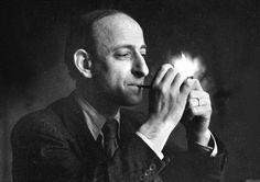 Raymond Claude Ferdinand Aron, né le 14 mars 1905 à Paris et mort le 17 octobre 1983 à Paris, est un philosophe, sociologue, politologue, historien et journaliste français.