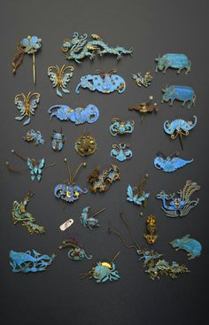 China | Collection of gilt metal and Kingfisher feather appliques; variously formed as bats, birds, dragons, fish, insects and other creatures and decorated with feathers, small coral beads, pearls and coloured stones, 9cm max | Qing Dynasty | 3'200£ ~ sold (May '15)