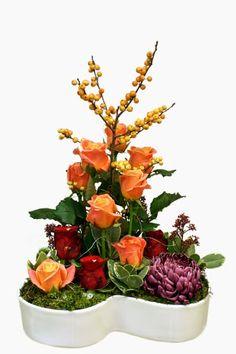 Ilex, roses and chrysanthemum http://holmsundsblommor.blogspot.se/2014/11/mer-100-arsblommor.html
