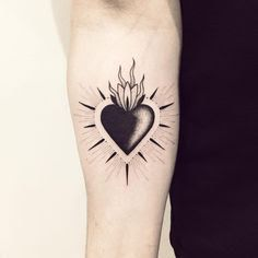 Inspirações de tatoo coração - Minhas pequenas coisas Black Heart Tattoos, Sacred Heart Tattoos, Black Tattoo Art, Black Tattoo Cover Up, Cool Small Tattoos, Trendy Tattoos, New Tattoos, Tattoos For Guys, Tatoos