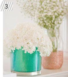 Vasos decorados com glitter.  http://www.minhacasaminhacara.com.br/top-5-da-semana-10/#