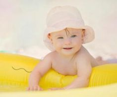 Mit dem Baby ans Meer  Sand und Salzwasser und weiter Blick: Das genießen schon Babys. Doch was müssen Eltern für Ihr Baby unbedingt in die Strandtasche packen? Welche Sonnencreme ist zu empfehlen? Bei ELTERN online gibt es die Antworten.
