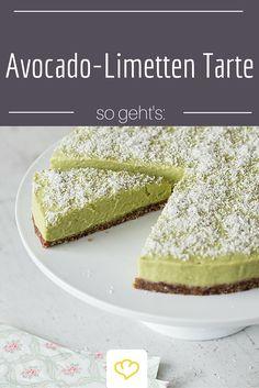 """Bei dieser leckeren Tarte ohne backen lernt ihr Avocado von seiner süßen Seite kennen! Der erfrischende Superfood-Kuchen wird bequem im Gefrierschrank """"gebacken""""."""