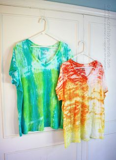 Have you heard of shibori tie dye? Shibori is a resist method used for dying that has been used in Japan for many years. There are several ways to shibori; Tie Dye Crafts, Shibori Tie Dye, Tie Dye Patterns, Family Crafts, How To Dye Fabric, Dyeing Fabric, Tye Dye, Diy Clothing, Clothing Patterns