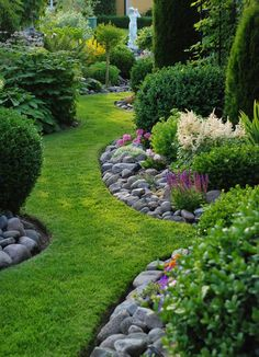 Natural Looking Garden Edging - river rocks used along grass garden paths - Stenlycka.blogspot