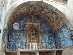 Obidos - Porta de Vila.      The walls of the Porta de Vila are covered with magnificent ceramic tiles (azulejos), typical of the portuguese architecture.