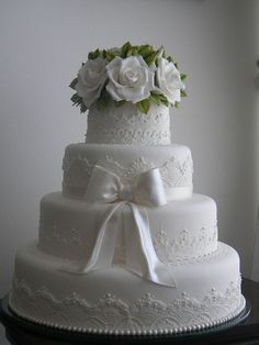 Beautifully detailed traditional white wedding cake with white roses on top❣ Ana Beatriz Carrard #weddingcakes #whiteweddingcakes