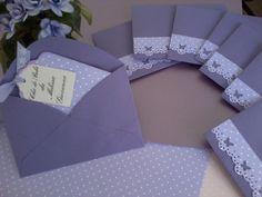 Um lindo convitinho ,forma de tag,com papel decorado mini poá liláz,papel liso roxo, <br>borda decorada com borboletinhas,acompanha envelope decorado com borda <br>de borboleta em poá,delicada fita decorada,pode ser feito em outras cores e <br>temas.