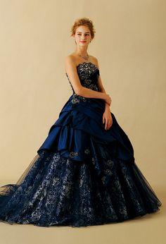 落ち着きのあるディープブルーに上質なカクテルサテンを使った艶感のある青のカラードレス♪ウェディングドレス・花嫁衣装の参考一覧まとめ♪