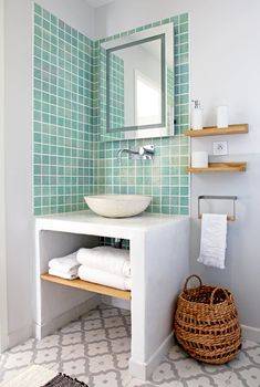 A house with a mixed decoration that makes us travel - Bathroom 02 Bathroom Model, Travel Bathroom, Small Bathroom, Bathroom Storage Shelves, Shower Storage, Washroom Style, Pink Bathroom, Bathroom Decor, Bathroom Inspiration