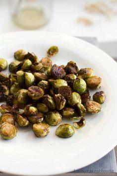 Kokeile pyöräyttää ruusukaalit balsamicossa ja oliiviöljyssä ennen paahtamista.