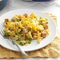 Ham Noodle Dinner Recipe -Whether I'm cooking for company or my own brood of five children this delicious casserole is always well-received. Pork Recipes, Cooking Recipes, What's Cooking, Cooking Light, Cheeseburger Pasta, Dinners To Make, Healthy Dinners, Quick Meals