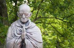 A vida de Mahatma Gandhi está cheia de histórias e anedotas sobre confrontos que acabam trazendo grandes doses de sabedoria. Na verdade, este homem