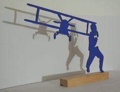 escultura de pie perteneciente a la exposición: HITCHCOCK´S SHADOWS las sombras de Hitchcock que tuvo lugar en la Galería Alba Cabrera medidas: 39cm X 37cmtécnica: troquel de madera, acrílico sobre peana de PinoCOLORES: azul / ultramar / naranja / gran…