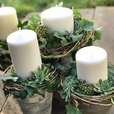Každý koutek si vyžaduje něco jiného … joo 😉i na ty věnce dojde ! Christmas Flower Decorations, Pine Cone Decorations, Christmas Centerpieces, Christmas Themes, Christmas Crafts, Christmas Pine Cones, Christmas Candles, Deco Table, Diy Wreath