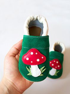 Leather baby shoes for your Baby.    Materials:  - outside: 100% leather  - inside: 100% leather    The shoes are crafted with an elasticated ankle to