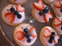 """It's a butterfly…it's fruit pizza! - - My daughter didn't want the traditional cupcakes or birthday cake for her party. She wanted fruit pizza. Well I wanted to make them a little bit more """"fun"""" for 7 and 8 year olds. Pizza Fruit, Pizza Food, Food Art For Kids, Good Food, Yummy Food, Fun Food, Preschool Snacks, Preschool Cooking, Snacks Für Party"""