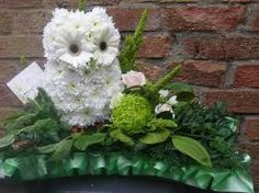 White daisies and gerbera Funeral Floral Arrangements, Flower Arrangements, Unique Flowers, Beautiful Flowers, Ikebana, Memorial Flowers, Flower Festival, Sympathy Flowers, Bouquet