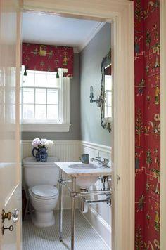 Das Bad bietet ein anderes nehmen auf die einzigartige Mischung aus Tradition und moderne, mit einem Marmor gekrönt, Chrom gerahmte Eitelkeit und reich verzierte Spiegel stehend über ein Mikro tile Boden.