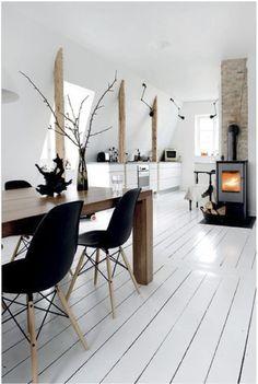 Scandinavian home. Zwarte sidechair binnenkort weer verkrijgbaar bij www.teleukhout.nl
