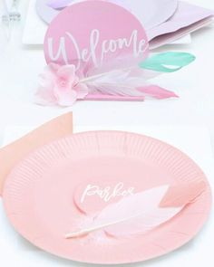 Set a modern and pretty pastel table with these ideas for easy and personalized place settings and DIY centerpiece. Get details and more Modern Mixed Pastel Brunch ideas at fernandmaple.com!