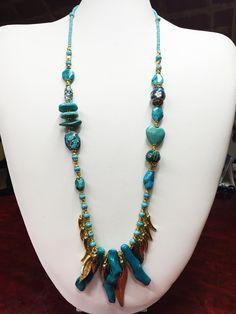 Collar de turquesas y ramas de coral azul.