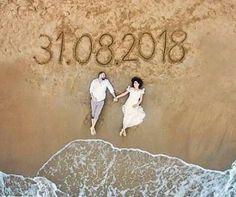 Gelin damat kumsalda uzanırken, düğün tarihli yukarıdan drone çekim düğün fotoğrafı | Kadınca Fikir - Kadınca Fikir