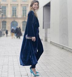 Ideas de look con prendas de terciopelo azul marino. Lo mejor de Street Style. Las prendas de terciopelo en majestuoso azul marino siempre añadirán a tu imagen  un toque elegante y glamuroso, incluso al estilo más casual.