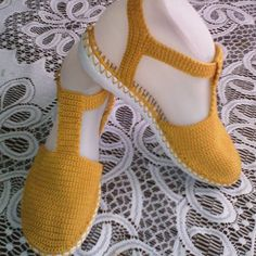 Zapato tejido a mano #artesanal #comodo#hechoencolombia #artesal #tejiditos #mostaza #bajita #colores #tallas . Crochet Sandals, Crochet Boots, Crochet Slippers, Crochet Quilt, Crochet Stitches, Make Your Own Shoes, Woolen Socks, Diy Crafts Crochet, Crochet Woman