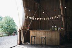 Boheminspirerat logebröllop: Henrik + Pernilla — Bröllopsblogg | Sisters in Law Rustic Wedding Venues, Wedding Reception, Barrel Bar, Dream Wedding, Wedding Day, Wedding News, Beautiful Homes, Wedding Planning, Wedding Decorations