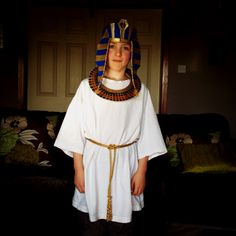 DIY Egyptian costume - looks like adult white T + cording. clever #thinking day Egyptian Costume Kids, Egyptian Fancy Dress, Egyptian Party, Pharaoh Costume, Cleopatra Costume, Kids Costumes Boys, Boy Costumes, Halloween Costumes For Kids, Costume Ideas