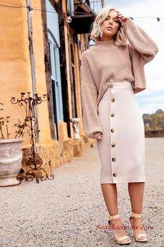 Stylish Midi Skirt Ideas For Winter Season 13 - TheTellMeWhy Black Leather Pencil Skirt, Leather Mini Skirts, Midi Flare Skirt, Pleated Midi Skirt, Midi Skirts, White Oversized Sweater, White Turtleneck, Split Skirt, Plaid Mini Skirt