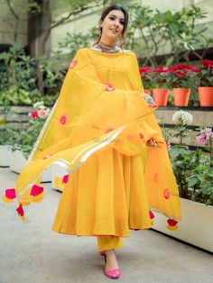 Stylish Dress Designs, Designs For Dresses, Stylish Dresses, Simple Dresses, Pakistani Dresses Casual, Pakistani Dress Design, Pakistani Bridal, Pakistani Gharara, Pakistani Culture