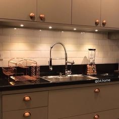 Home Decoration Tips for Decorators on the Budget Rose Gold Kitchen, Copper Kitchen Decor, Home Decor Kitchen, Kitchen Interior, Home Kitchens, Kitchen Design, Rustic Apartment, Studio Apartment Decorating, Painting Kitchen Cabinets
