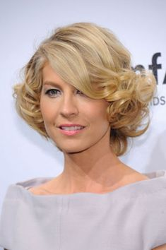 Jenna Elfman at AmFar- How to get her hair! Gorgeous Hair Color, Beautiful Long Hair, Simply Beautiful, Pixie Hairstyles, Cool Hairstyles, Hairdos, Medium Hair Styles, Short Hair Styles, Jenna Elfman