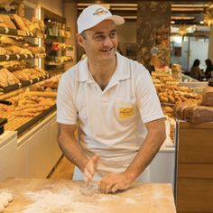 er schlägt die #Semmel richtig? 🙌 Der besonders feine Geschmack der #Handsemmel resultiert unter anderem aus der Art der #Teigverarbeitung. Durch das händische Wirken werden im Teig #Enzyme aktiviert, die die Stärke zu #Maltose (Malzzucker) umwandeln. 🥨 Die billige Semmel aus dem Supermarkt verdrängt die traditionellen Bäcker.  Foto: Arnold Pöschl  #wienerroither #maguat #bäckerei #brot #Gebäck #handgemacht #bäcker #geschmack #genuss  #backen #backstube, #backhandwerk, #bake, #bakery…