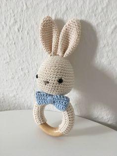 Baby Knitting Patterns Toys Since I first noticed such a crochet baby rattle grabbing thing … Da fiel mir zum ersten Mal so ein häkelnes Baby rasselndes Ding auf . That's the primary time I touched a crocheted child with rattles . with # rattles Crochet Easter, Crochet Baby Toys, Crochet Diy, Crochet Motifs, Crochet Bunny, Love Crochet, Crochet For Kids, Crochet Animals, Cactus Amigurumi