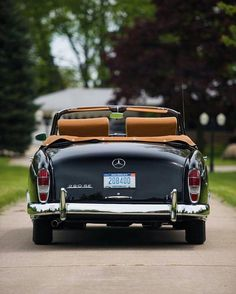 The perfect car for a summer ride 1960 Mercedes Benz 220 SE Cabriolet Mercedes Auto, Mercedes Benz 220, Bentley Continental Gt Cabrio, Retro Cars, Vintage Cars, Photos Vintage, Automobile, Benz Amg, Bmw Autos