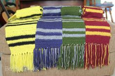 Crochet Scarf Patterns harry potter hogwarts house scarves - Necco created this easy pattern for Harry Potter house scarves. Which Hogwarts house is your favorite - Hufflepuff, Ravenclaw, Slytherin or Gryffindor? Harry Potter Scarf Pattern, Harry Potter Hat, Harry Potter Crochet, Harry Potter Houses, Hogwarts Houses, Slytherin, Ravenclaw Scarf, Crochet Scarves, Crochet Clothes
