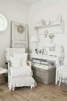 mooie houten vloer- Vintage, Shabby Chic! Love all the layers! Great Decorating Ideas for French Country, Country, Farmhouse and Cottage Decor as well!