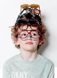 Niño con muchas gafas