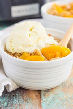 This Slow Cooker Peach Cobbler is loaded with juicy peaches, a sprinkling of cozy spices, and layered with a crispy, cakey topping! Crock Pot Desserts, Slow Cooker Desserts, Fall Dessert Recipes, Easy Desserts, Slow Cooker Recipes, Crockpot Recipes, Delicious Desserts, Cooking Recipes, Yummy Food