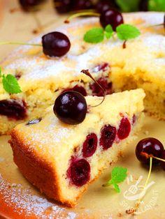 Cherry cake - La base di questa torta è del tipo Sponge cake, una torta inglese molto umida e burrosa. Le ciliegie rendono questo dessert davvero originale e appetitoso! #tortadiciliegie