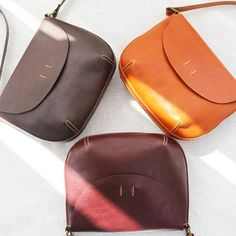 Overview: Design: Genuine Leather Handmade Handbag Crossbody Bag Shoulder Bag In Stock: 2-6 days to process orders Include: Only Shoulder Bag Custom: None Color: Dark Brown, Brown, Caramel Material: Cowhide Measures: 20cm x 26cm x 9.5cm Weight: 0.15kg Slots: 1 large slot, 2 inner pocket slots, 1 inner zipped slot